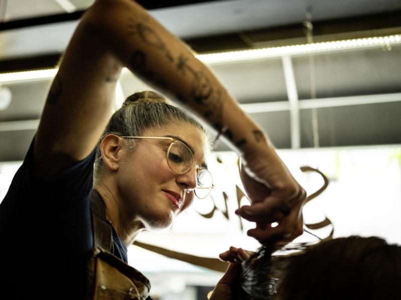 Julia Noack in ihrem Friseursalon »Schicksaal«